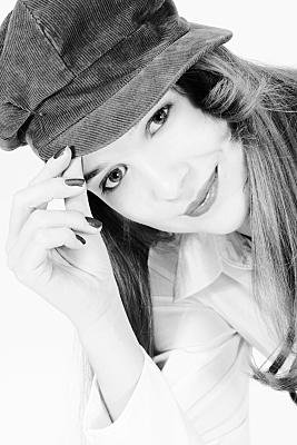 Portraitfoto junge Frau mit Cap in schwarz-weiß.