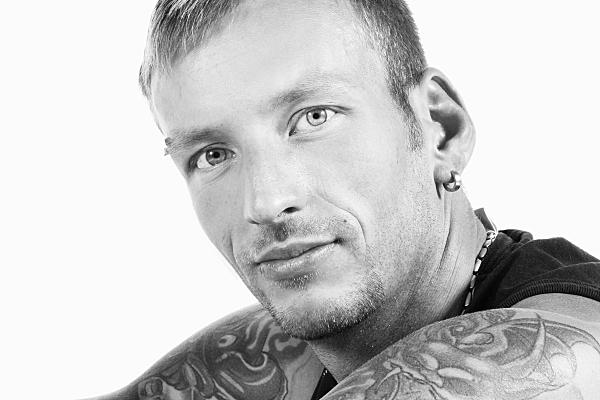 High-Key schwarz-weiß Portrait eines Mannes, der direkt in die Kamera schaut