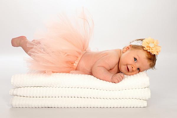 Ein Neugeborenenfoto von einem Baby in dem süssen Rock