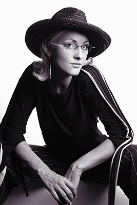 Low Key Beautyshooting junge Frau mit Hut und Brille.