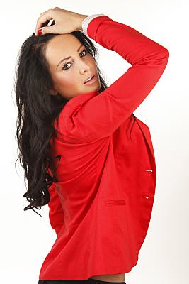 Beautyshooting junge Frau mit rotem Hemd, die sich nach hinten beugt und mit einer Hand in ihre Haare greift.