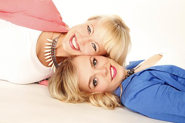 Freundefoto zweier liegender Frauen, die ihre Köpfe aneinander lehnen.