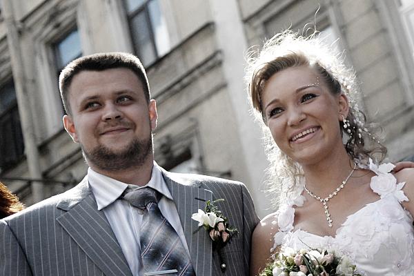 Hochzeitsfoto nebeneinander stehendes Brautpaar.