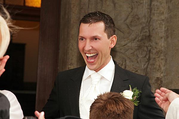 Hochzeitsfoto jubelnder Bräutigam.