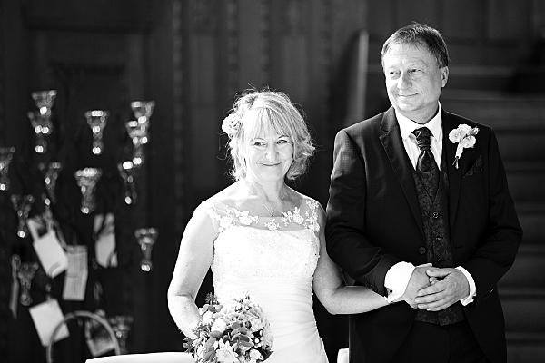 Low Key Hochzeitsfoto Brautpaar.