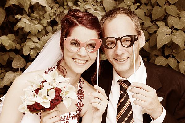 Sepiafarbenes Hochzeitsfoto Brautpaar mit Spaßbrillen.