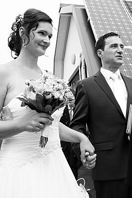 Low Key Hochzeitsfoto Hände haltendes Brautpaar.