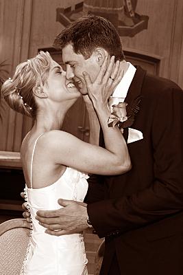 Low Key Hochzeitsfoto küssendes Brautpaar im Standesamt.