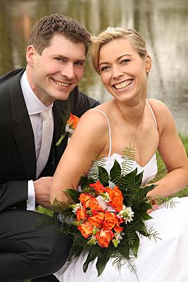 Hochzeitsfoto Brautpaar nebeneinander stehend.