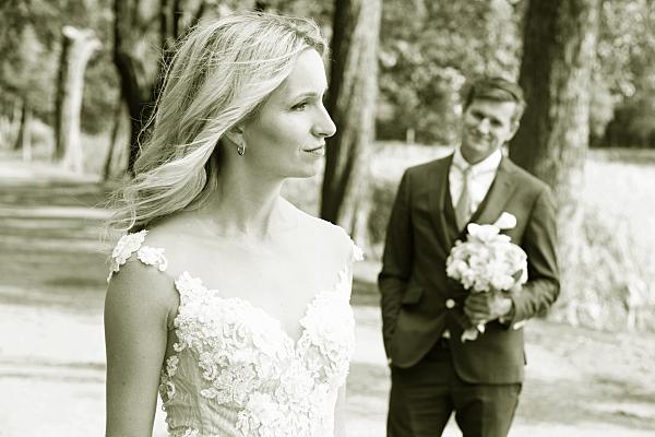 Low Key Hochzeitsfoto Brautpaar auf Allee.