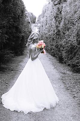 Low Key Hochzeitsfoto Braut mit rosa Brautstrauß.