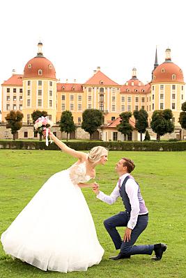 Hochzeitsfoto Brautpaar vor Schloss.