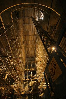 Architekturfoto hoher Kuppelraum mit hölzerner Decke, Kranelement und Gerüst.