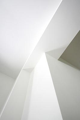 Architekturfoto weißes Eckelement und Deckenkonstruktion.