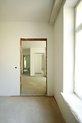 Architekturfoto Flur Büro mit offen stehender Tür und Fenster an der rechten Außenseite.