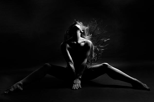 Aktfoto schwarz-weiss von einer Dame- welche ihr Kopf nach hinter wirft