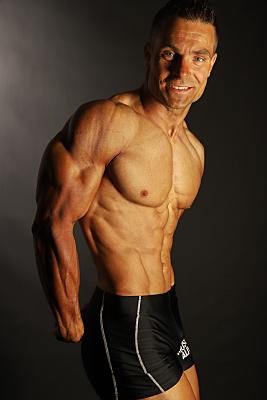 farbiges Foto von einem Bodybuilder