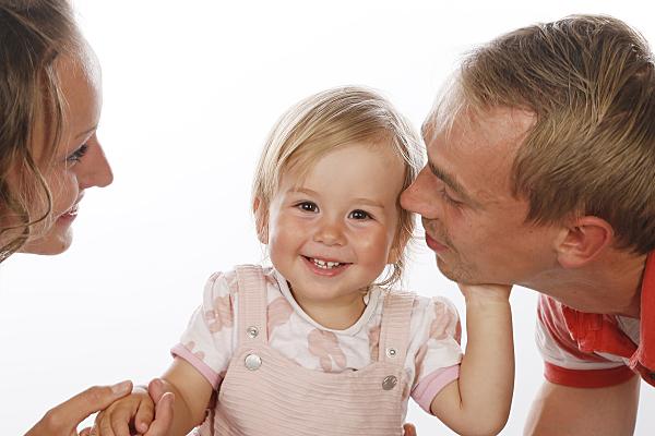 Familienfoto, wo das kleine Mädchen in der Mitte des Bildes lacht
