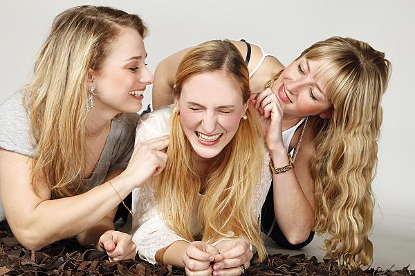 Freundinnenfoto von 3 Freundinnen die lachen und Spass haben